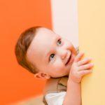 赤ちゃんのつかまり立ち転倒防止策3選~乳児のつかまり立ちの時期と練習方法