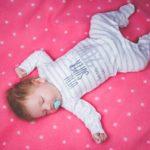 赤ちゃんの寝相が悪いのは危険?新生児・幼児の寝相が悪い原因と5つの対策