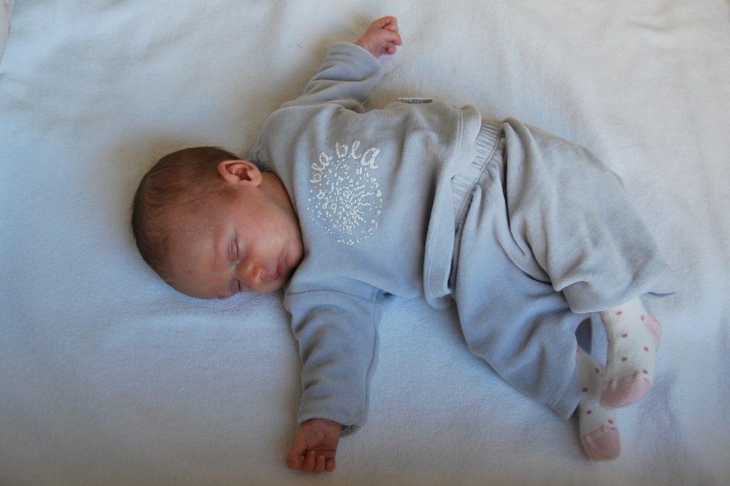 5731770f5e1b5 黄色や緑など、新生児の赤ちゃんの嘔吐物の色がおかしい場合、先天性の病気が隠れていることもあります。
